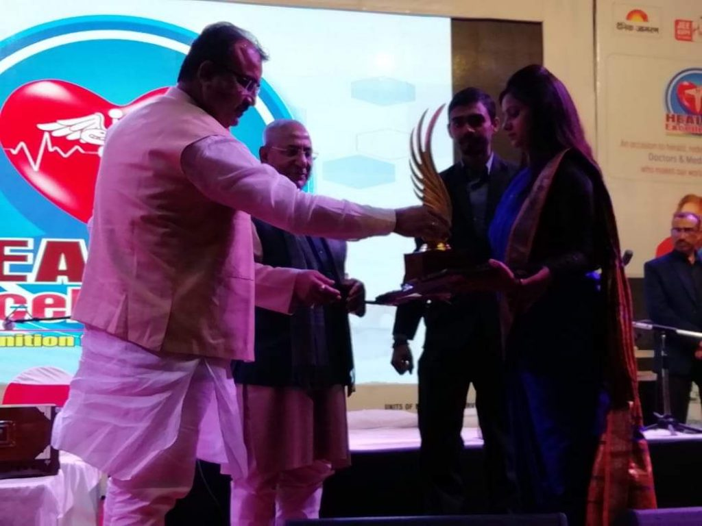 govid-thakur-hc-para-medical-college-chairmen-receiving-award-by-minister