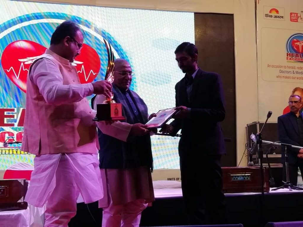 govind-thakur-hc-para-medical-college-chairmen-receiving-award-by-minister